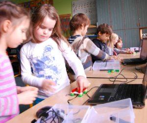 Dzieci budujące roboty
